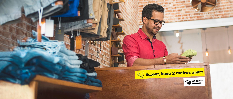 platící zákazník v maloobchodním prostředí
