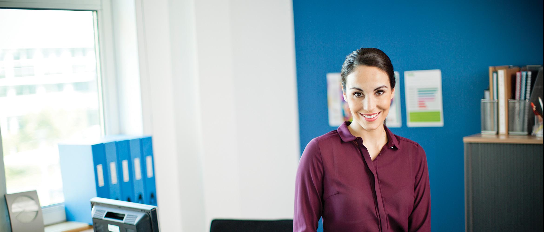 Žena v kanceláři s různými kancelářskými dokumenty se štítky