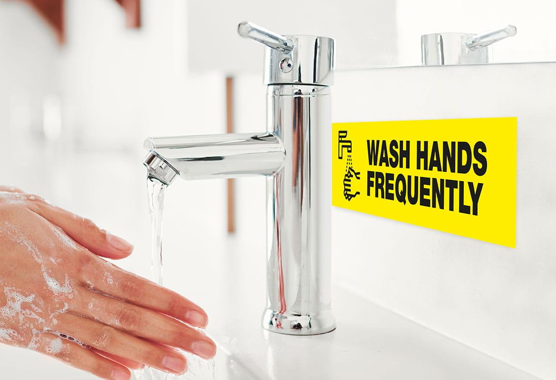mytí rukou s informačním štítkem