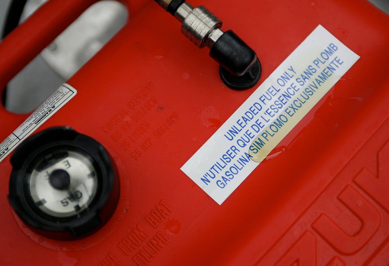 Rozlité palivo na odolném štítku z tiskárny Brother P-touch