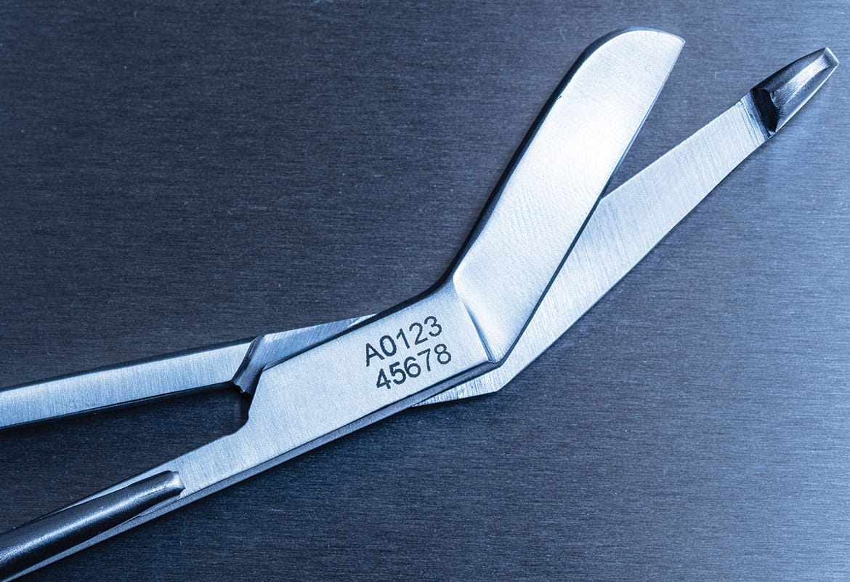 Lékařské nůžky z nerezové oceli s vyleptaným evidenčním číslem pomocí pásky Brother Stencil