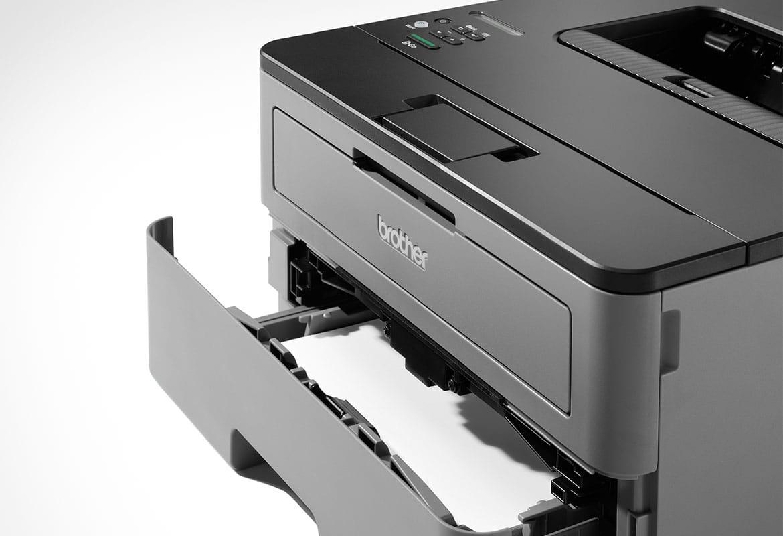 Detail mono laserové tiskárny HL-L2350DW s otevřeným zásobníkem papíru