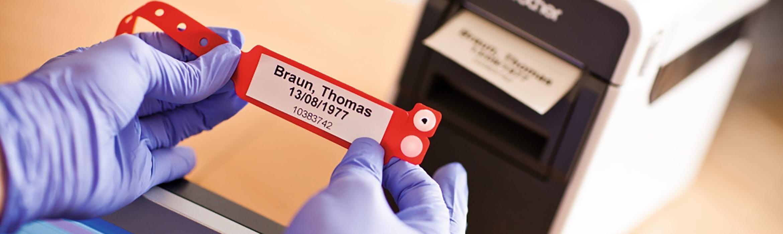 Detail ID štítku pacienta se tiskne tiskárnou štítků Brother