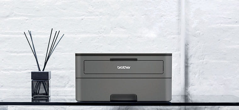 Tmavě šedá černobílá laserová tiskárna HL-2350DW na stole