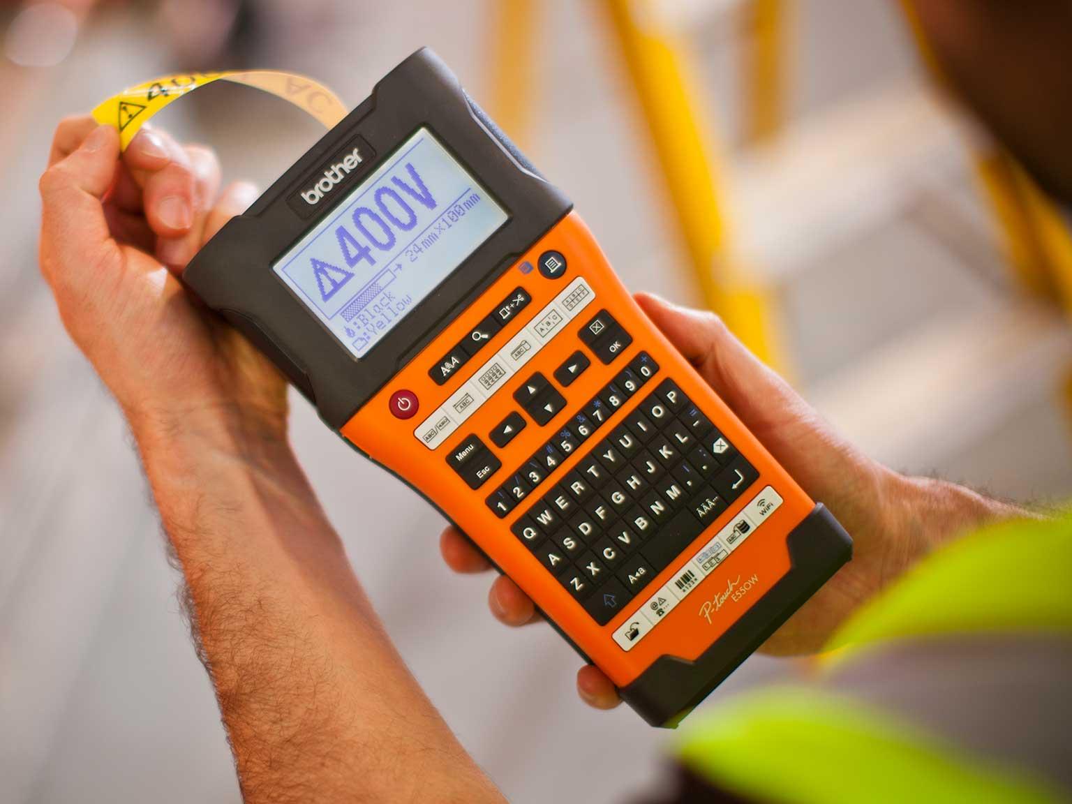 Tiskárna štítků Brother P-touch E550 v ruce