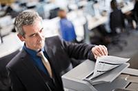 Muž u výtisku z multifunkční laserové tiskárny MFC-L6800DW