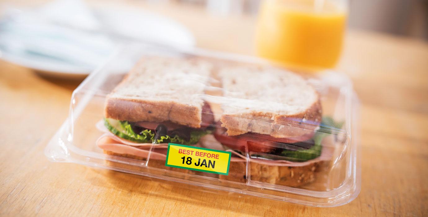 Plnobarevný štítek Brother VC-500W nalepený na sendvičovém balení