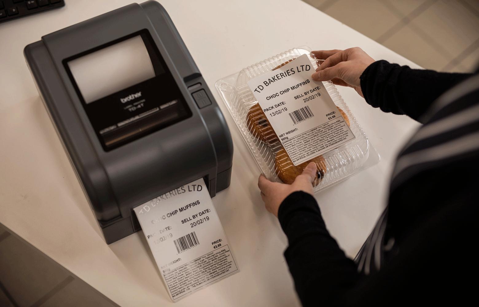 TD tiskárna tiskne štítek pro balení muffinů