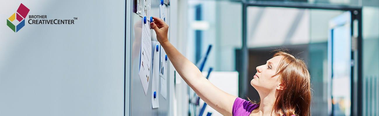žena zveřejňuje informace na zeď v kanceláři