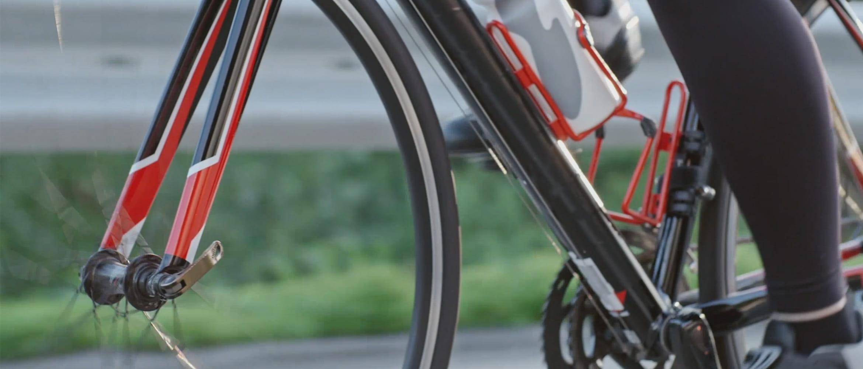 Osoba jede na červeném kole