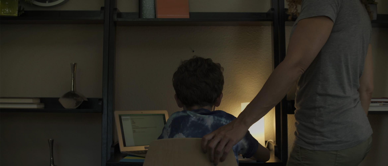 Matka pomáhá synovi s domácím úkolem