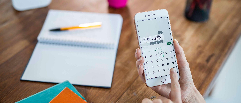 Smartphone v rukou ženy a aplikace P-touch Design & Print pro návrh štítků
