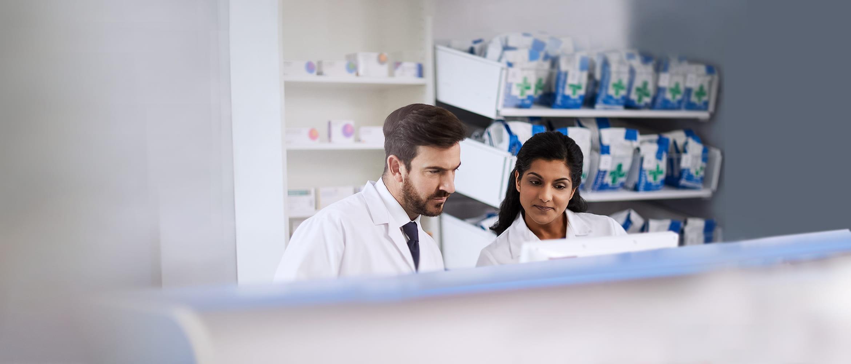 Zaměstnanci v lékárně čtou recept