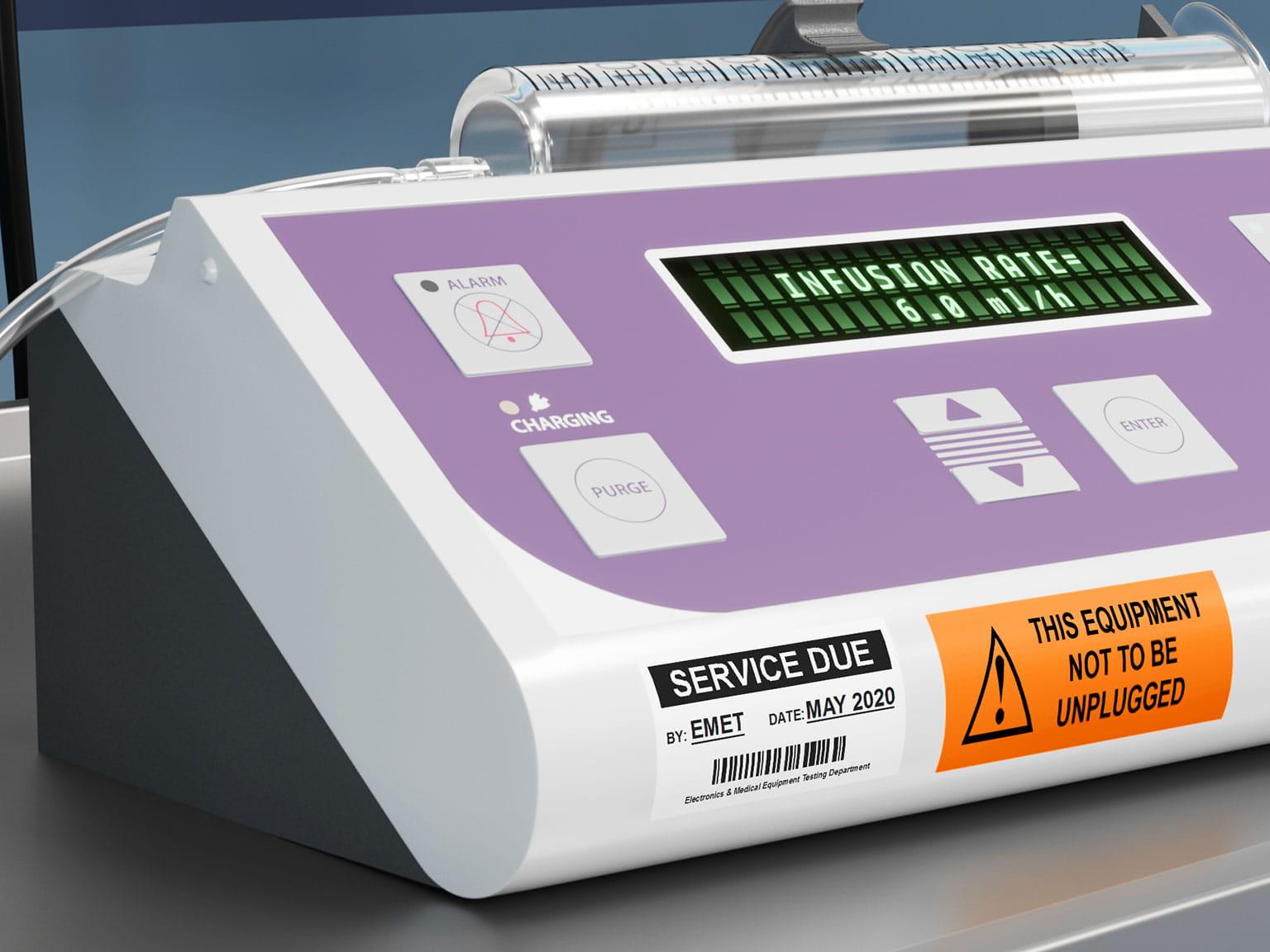 Servisní informace na laminovaném štítku Brother P-touch TZe nalepeném na ovladači stříkačky v nemocnici