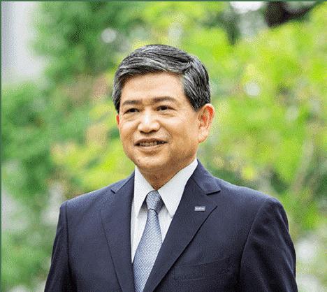 Ichiro Sasaki - ředitel a prezident společnosti Brother Industries Ltd Japan - je vyobrazen v obleku a kravatě na zeleném pozadí