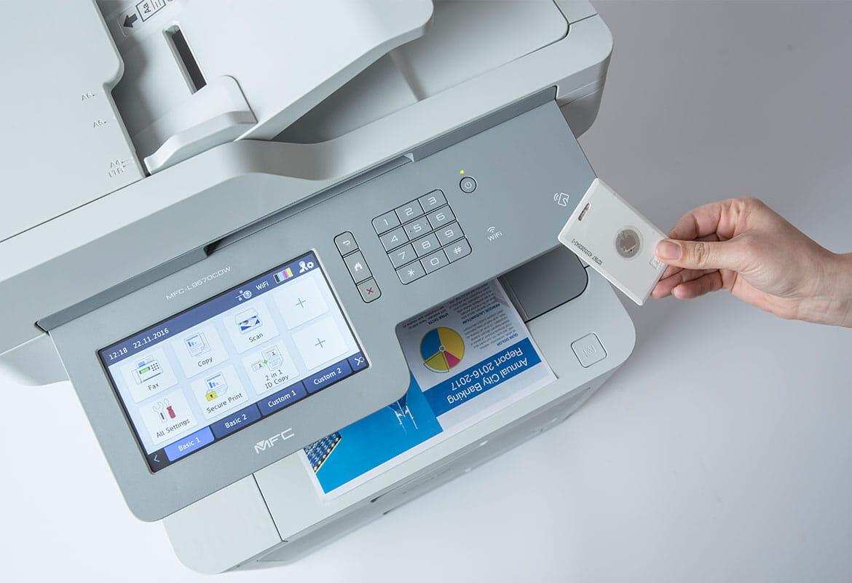 Ruka s identifikační kartou u multifunkční tiskárny Brother s velkoplošným displejem