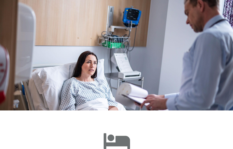 Pacientka na nemocniční posteli, lékař sledující poznámky a ikona šedé postele