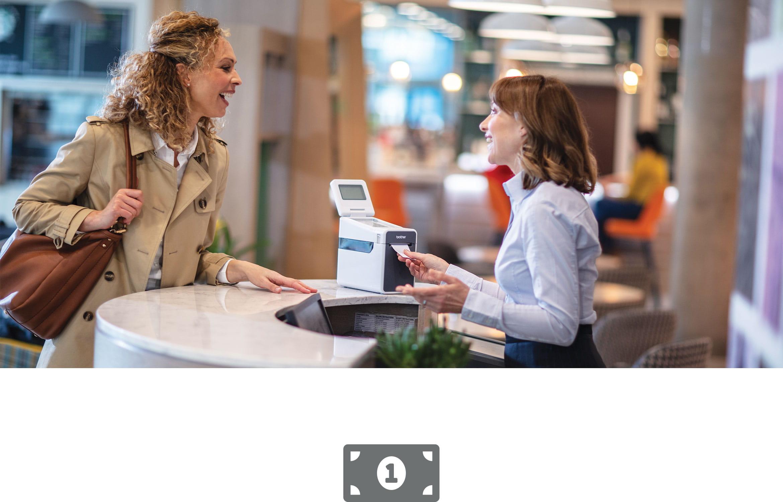 Žena na pokladně obsluhuje zákaznici