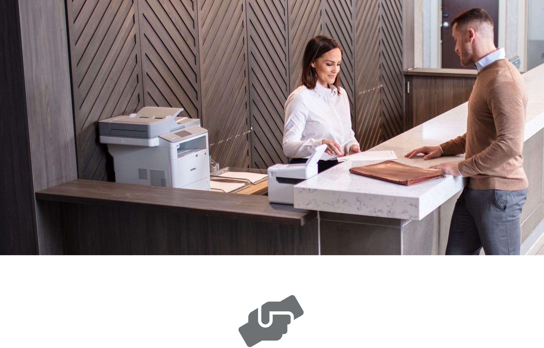 Zákazník získává pomoc od zákaznické služby, laserová tiskárna a štítky na přepážce
