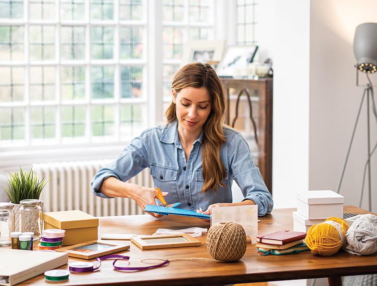 Žena sedělí v domácí kanceláři pro umělecká řemesla