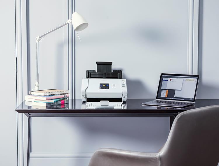 skener Brother na dřevěném stolku domácí kanceláře