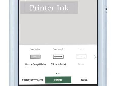 Aplikace P-touch Design & Print ukazuje na smartphonu zobrazený štítek