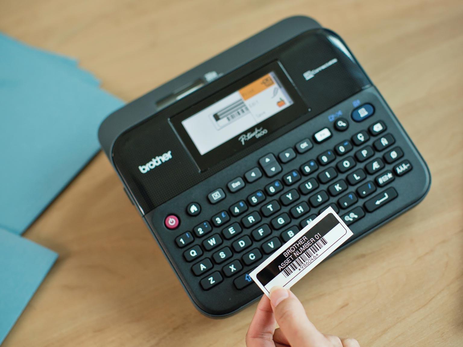 Tiskárna štítků Brother PT-D600 se štítkem aktiv v ruce pracovníka