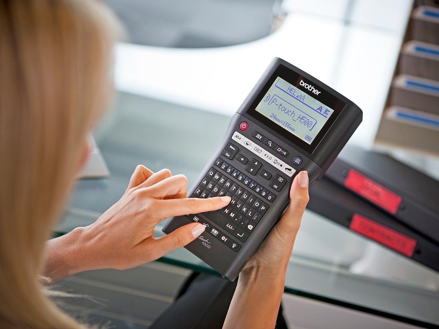 Tiskárna štítků P-touch H500 v ruce správce zařízení