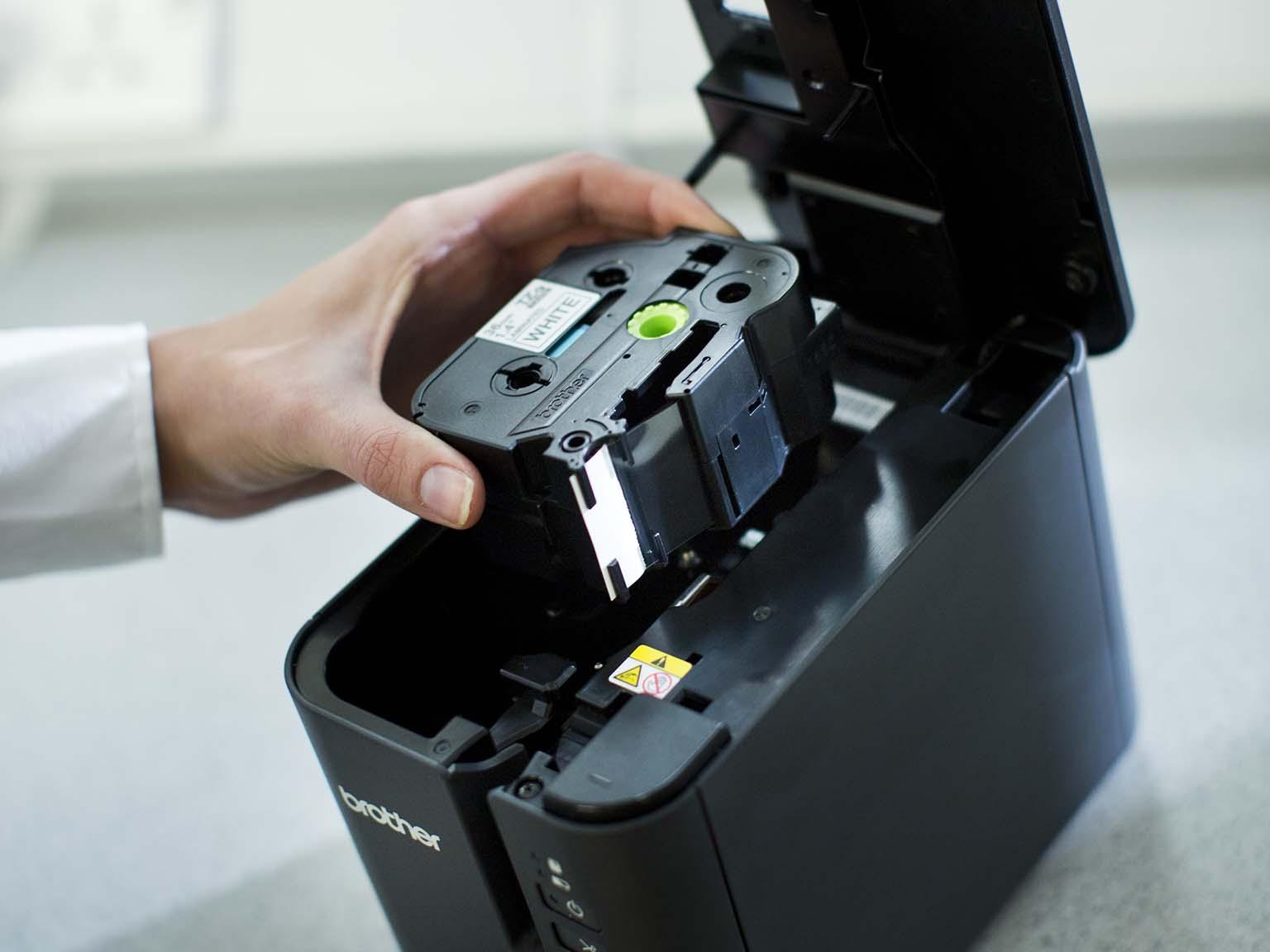 Pásková kazeta Brother TZe vkládaná do tiskárny štítků PT-P900W