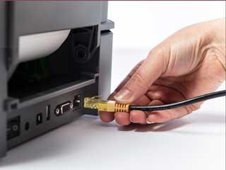 Ethernetový kabel zapojený do zadního portu tiskárny štítků Brother TD-4T