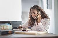 Telefonující žena s dlouhými vlasy