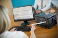 PT-D800 připojený k PC tiskne štítek
