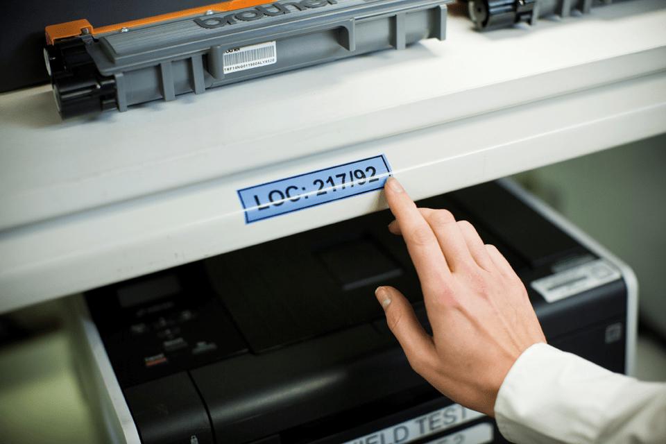 Originální kazeta s páskou Brother TZe-551 - černý tisk na modré, šířka 24 mm 4