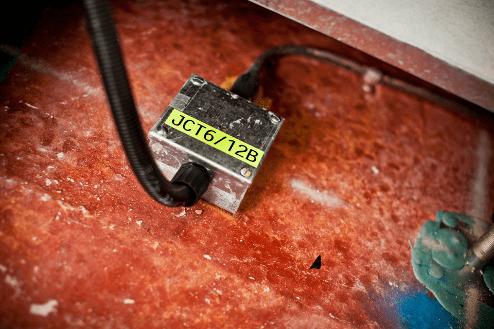 Originální kazeta s páskou Brother TZe-C31 - černý tisk na fluorescenční žluté, šířka 12 mm 4